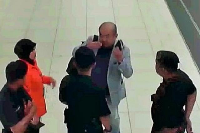 事件直後、警察官に被害相談する正男氏の映像。襲われた時の状況を伝えた=関係者提供