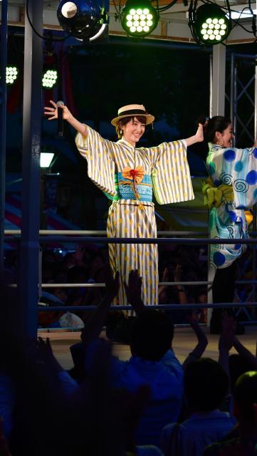 手を振って声援にこたえる荻野目洋子さん=2018年7月29日、愛知県一宮市、戸村登撮影