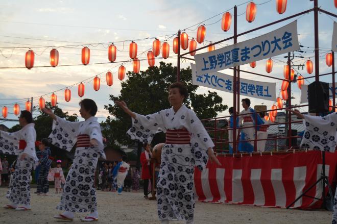 「ダンシング・ヒーロー」や「おどるポンポコリン」などが流れた盆踊り会場=2017年7月31日、名古屋市千種区