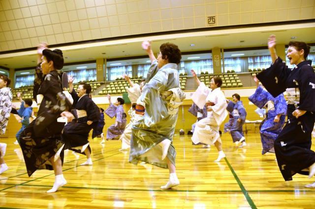 「ヘイッ」と声をあげ、「ダンシング・ヒーロー」を踊る日本民踊研究会の師範たち=名古屋市