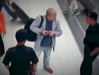 事件直後、警察官に被害を訴える正男氏の映像=関係者提供