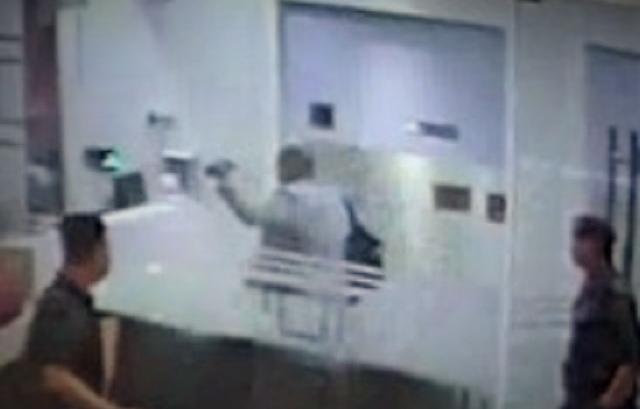 診療所内に入り、体調不良を訴える正男氏(中央)の映像=関係者提供