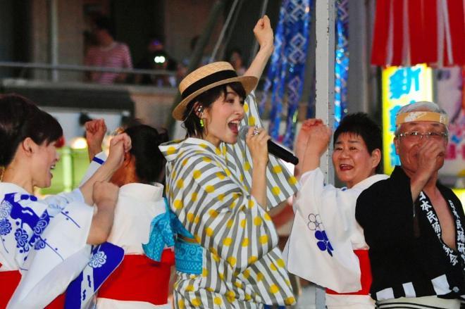 今年7月には「ダンシング・ヒーロー」の荻野目洋子さんが盆踊り会場に登場し、生歌で踊るというぜいたくな祭りが実現しました=2018年7月29日、愛知県一宮市、戸村登撮影