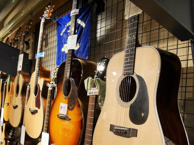 「ギター」と単に呼ばれていたものが、エレキの登場で「アコースティックギター」に