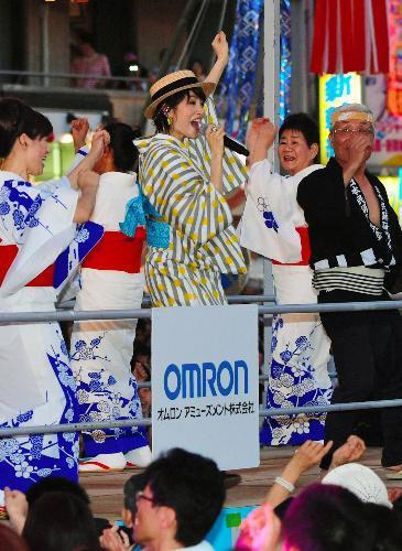 盆踊りの輪の中で「ダンシング・ヒーロー」を熱唱する荻野目洋子さん(中央)=2018年7月29日、愛知県一宮市、戸村登撮影