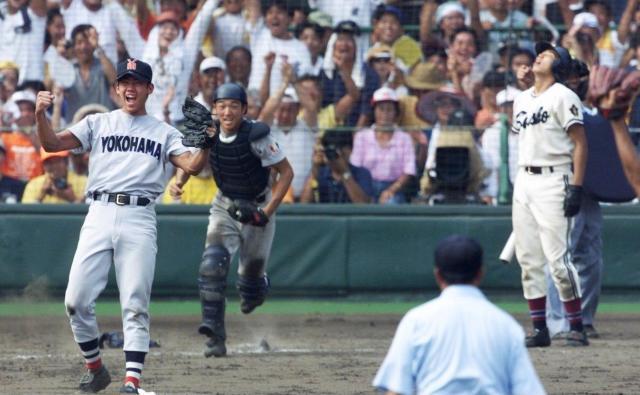第80回記念大会決勝で、無安打無得点試合を達成した横浜の松坂大輔投手(左端)