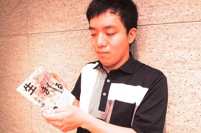 新著を手にする「ランドセル俳人」として注目された小林凜さん
