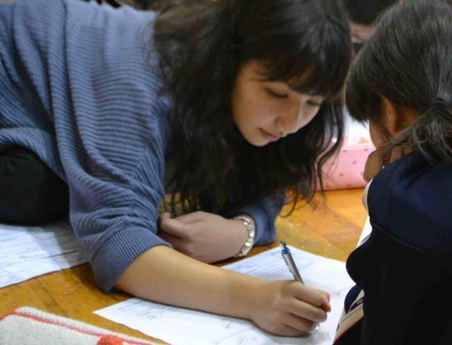 「カタリ場」の授業では、キャストが生徒ひとりひとりと対話し、言語化をサポートする