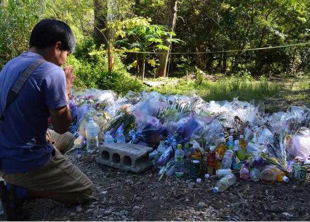 米軍属に殺された沖縄県の女性の遺体が捨てられた雑木林。地元の人や観光客が慰霊に訪れていた=2016年6月18日、沖縄県恩納村。藤田直央撮影