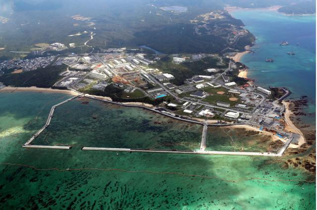 米軍普天間飛行場の移設に向けて埋め立て海域の工事が進み、一部が護岸で囲まれた辺野古の海岸=7月26日、沖縄県名護市、朝日新聞社ヘリから