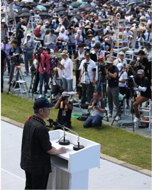 米軍属に殺された女性を追悼する沖縄県民大会であいさつする翁長雄志知事=2016年6月19日、那覇市の奥武山陸上競技場
