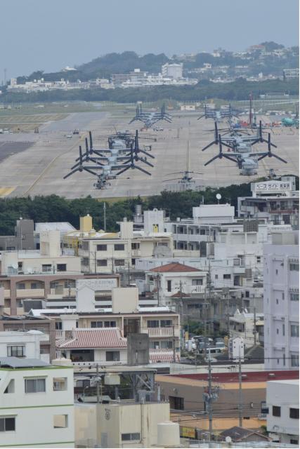 住宅に囲まれた米軍普天間飛行場。駐機場にオスプレイやヘリが並ぶ=1月31日、沖縄県宜野湾市