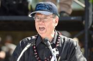 沖縄県の翁長雄志知事。米軍属に殺された女性を追悼する県民大会で米軍基地問題に取り組む「不退転の決意」を表明した=2016年6月19日、那覇市の奥武山陸上競技場