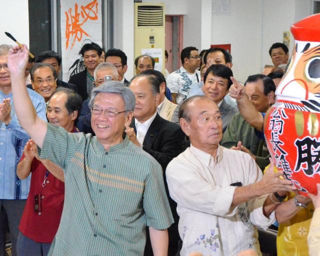 2012年の那覇市長選で4選を確実にし、笑顔を見せる翁長雄志氏(中央左)。前年の知事選で翁長氏の支援を受けた仲井真弘多知事(中央右)も駆けつけた=2012年11月11日、那覇市