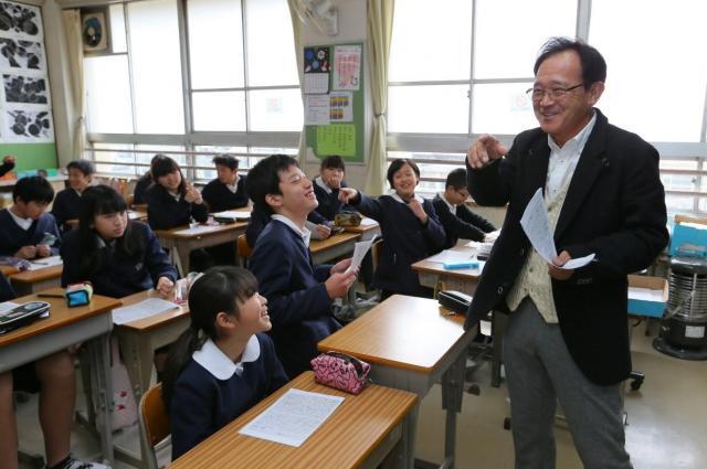 6年1組の最後の作文の授業。勝村謙司先生と子どもたちの活発なやりとりが続いた=2016年2月