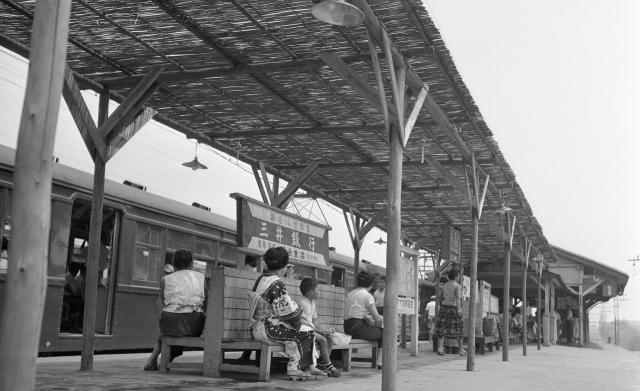駅にできたよしず掛けの日よけ=1956年、京王帝都電鉄(現・京王電鉄)井の頭線の下北沢駅