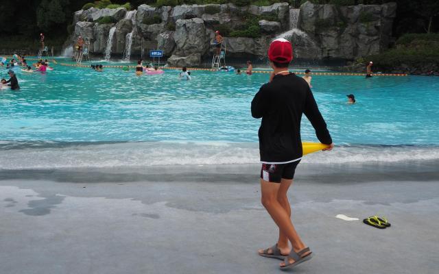 プールを見つめる監視員=東京都の国営昭和記念公園