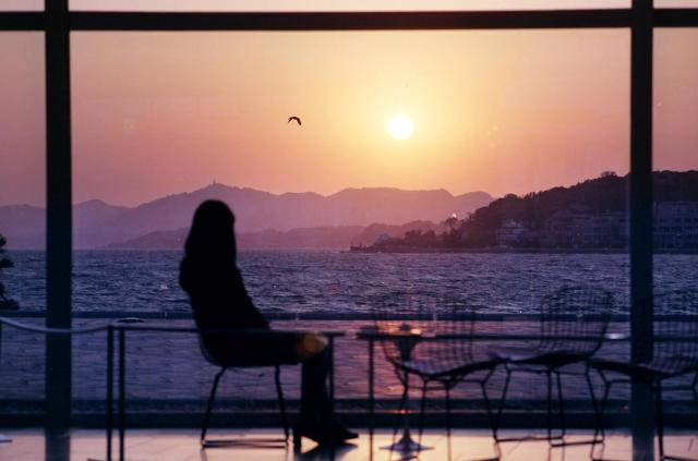 島根県立美術館のロビーは、宍道湖に沈む夕日が見られる