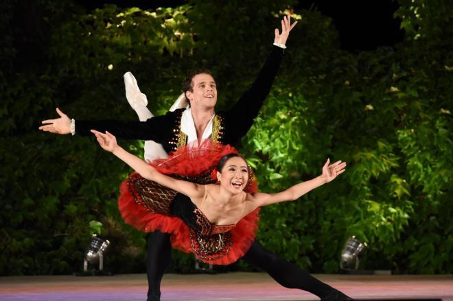 バルナ国際バレエコンクールで演技した高森美結さん(手前)。後ろはパートナーのアンドラシュ・ロナイさん=バルナ、吉武祐撮影