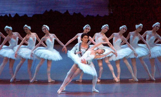 東京バレエ団による「白鳥の湖」の公演=2018年7月8日、鳥取県倉吉市駄経寺町