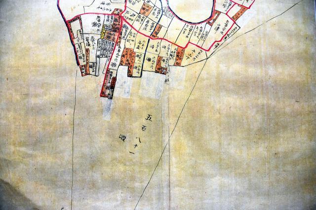 明治時代に作られた汽水湖「中海」の沿岸図。写真下側に「五百八十一 灘」とある部分が、野津さんが「水代」として所有する湖上の土地