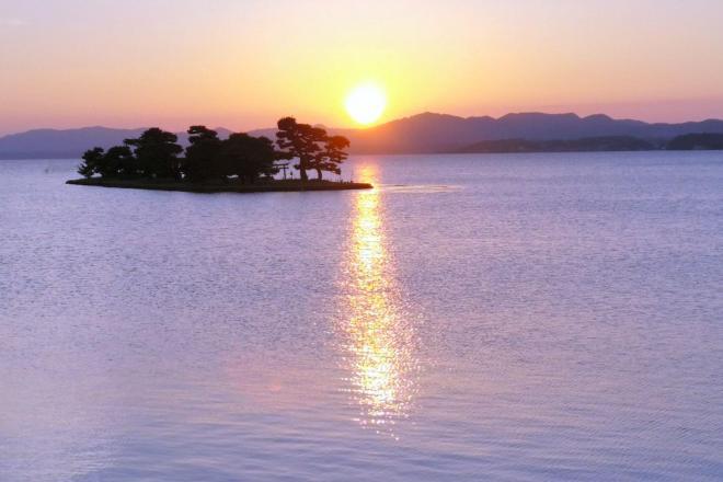 夕日の美しさと名産のシジミで有名な宍道湖=松江市