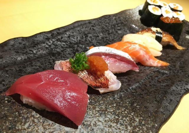 正男氏がよく通ったマレーシアの日本料理店のスシ。7貫と細巻きで2千円ほど=乗京真知撮影