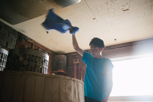 ロウリュで発生した蒸気を拡散させるのがアウフグース(写真=©Masanori Ikeda スカイスパ提供)