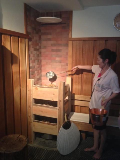 ロウリュしている様子。サウナ室に水が蒸発する音が響く(写真=スカイスパ提供)
