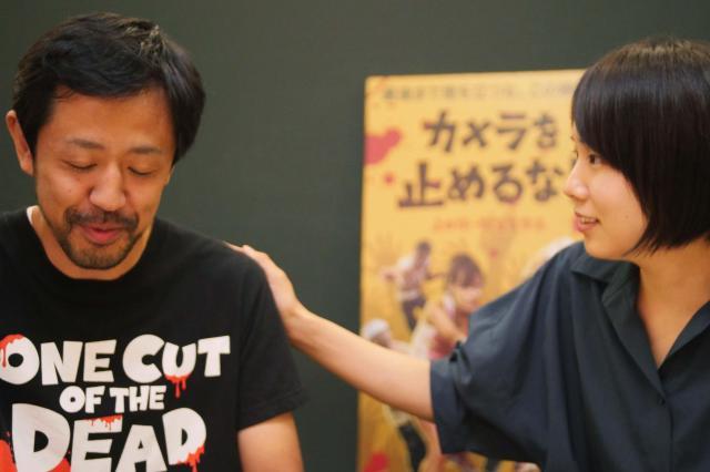 濱津さん(左)に気合いを入れる真魚さん(右)