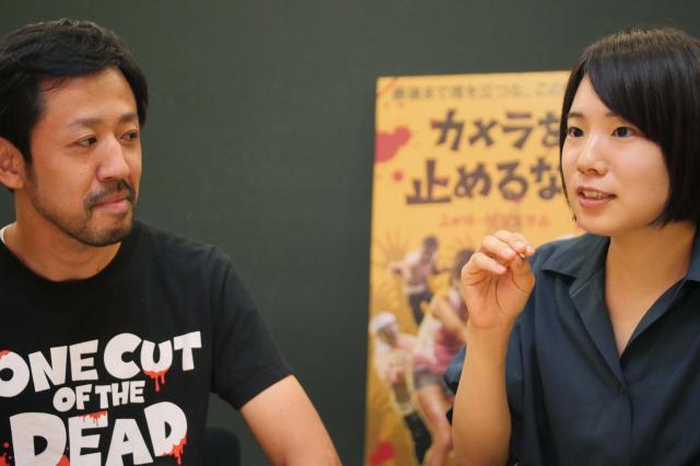 女優を目指したきっかけを語る真魚さん(右)と聞き入る濱津さん(左)