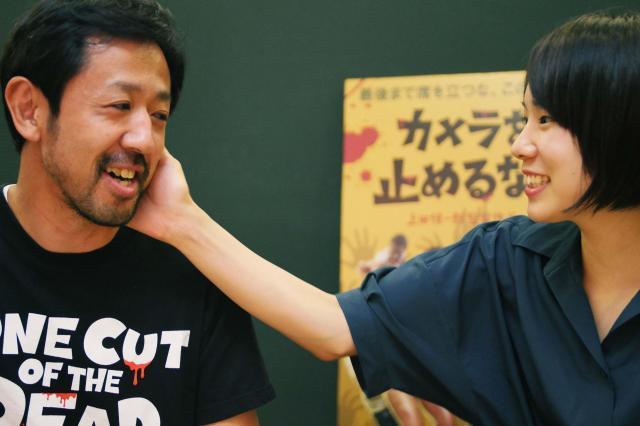 濱津さんを手の平で転がす真魚さん(右)と濱津さん(左)