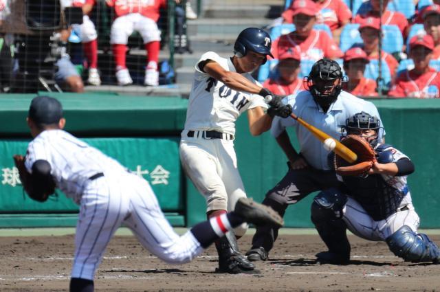 大阪桐蔭―浦和学院 大阪桐蔭の藤原選手が中越え本塁打を放つ