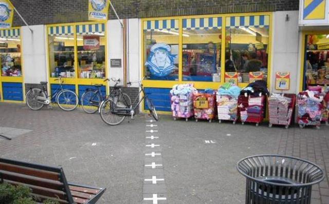 国境にあるスーパー、左側がベルギーで右はオランダ