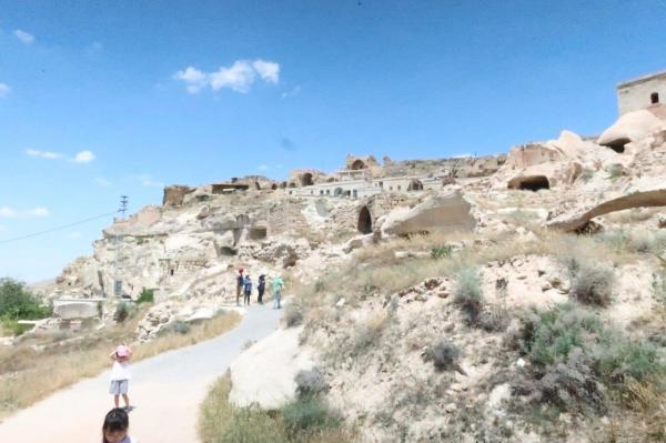 カッパドキアの、人が住居に使っていた洞窟が集まる一帯