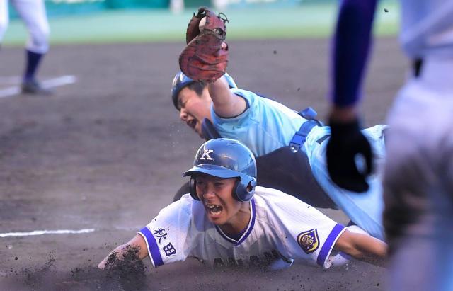 斎藤選手のスクイズで二塁から生還した菊地彪吾選手