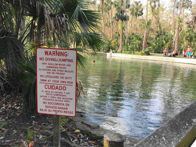 「ワニや野生動物がいるかもしれません」との看板。ライフガードはいないので遊泳は自己責任で