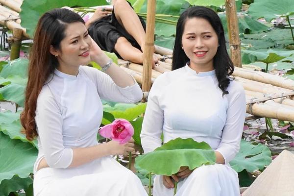 ベトナムの民族衣装、アオザイを着る女性たち
