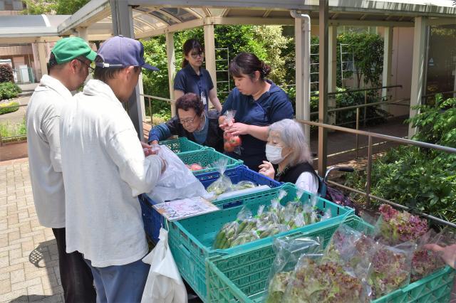 手塩にかけて作った野菜を施設に持って行き、自分の手で販売します