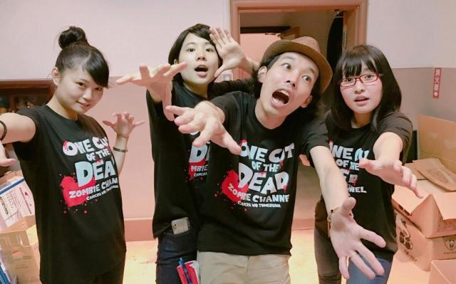 撮影中に上田監督(中央右)ら出演者と写る合田さん(左)