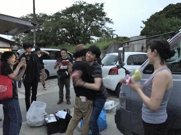クランクアップの日、キャストと熱い抱擁をした上田監督(中央左)=合田純奈撮影