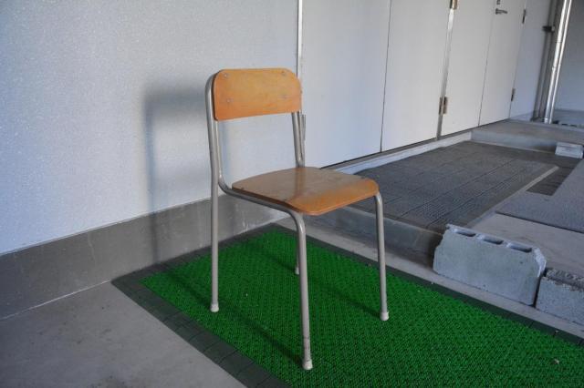 体育館前の椅子