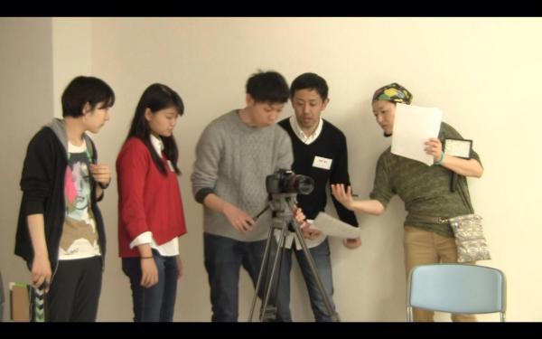 ワークショップの風景。基礎から演技を学んでいった合田さん(赤い服)