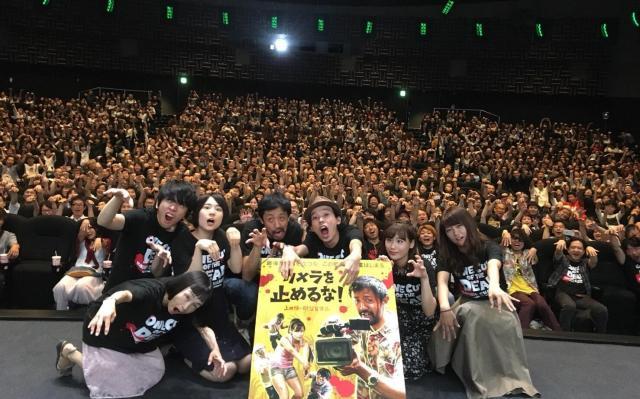 西日本最大級のスクリーンを誇るTOHOシネマズ梅田の舞台挨拶に参加した合田純奈さん(中央右)。700人以上の観客と記念撮影をした