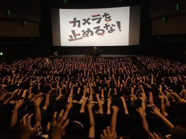 西日本最大級のスクリーンを誇るTOHOシネマズ梅田の舞台挨拶に参加した合田純奈さん。700人以上の観客とあのポーズ
