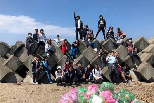 学生ボランティアと生徒会による、学校近くの海辺の掃除の様子。北海道余市町は海も山もある、自然豊かな環境です=北星学園余市高校提供