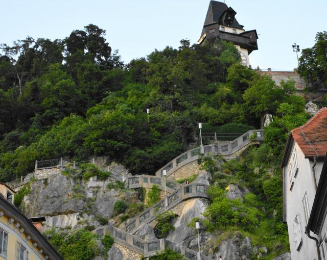 時計塔までは階段が続いている