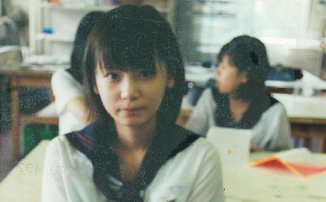 「これは中2ぐらいかな? でも何の時間だか、誰が撮ったのか、全然覚えていない。本当に中学が嫌すぎたみたいで、成人式のとき地元を歩いてみたんですけど、中学だけ場所が分からなくなって、たどりつけなかった。記憶から抹消されているんですよね」と中川さん=ワタナベエンターテインメント提供