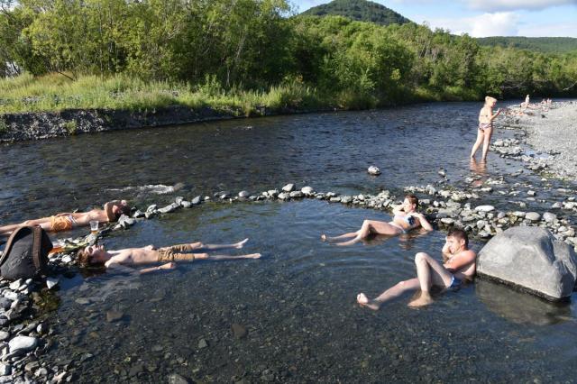 川沿いにできた天然の温泉