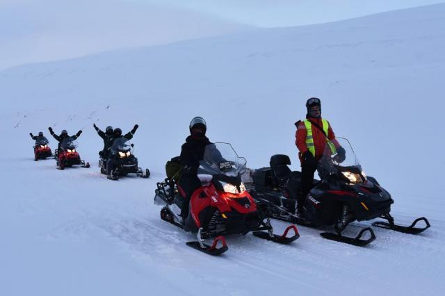 雪原を滑走するスノーモービル